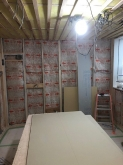浮き床をつくり、下地を組みました。 空気層には断熱材を詰めています。