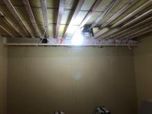 天井を吸音天井に仕上げていきます。 音の響きを調整して長時間の練習にも疲れにくい音響空間をつくります。