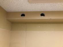 天井には梁型で給排気ダクトボックスを設けています。防音室は気密性の高いお部屋になるので給排気は必須です。