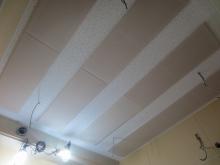 吸音天井です。音の響きを調整して長時間の練習にも疲れにくい空間に仕上げています。