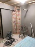 石膏ボードを張り重ねていきます。 壁の中に給排気ダクトを配管しています。