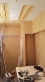 天井を吸音天井に仕上げています。 音の響きを調節して耳が疲れにくいお部屋に仕上げます。