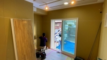 既設の掃き出し窓の内側に樹脂サッシを2重で設置しています。 木工事が完了しました。」