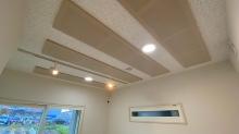 クロス施工後です。 天井は吸音天井に仕上げています。 小窓の内側にも樹脂サッシのFIX窓を2重で設置しています。