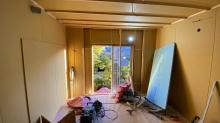 壁と天井のボード貼りをしています。 何枚も張り重ねて隙間を埋めていきます。