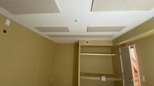 収納はつくり直しました。 天井は吸音天井で仕上げています。