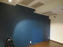 天井には弊社オリジナルの吸音パネルを設置しています。 余分な音の響きを調整しています。