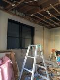 解体工事を行いました。 天井高をできる限り確保するため解体を行います。