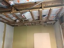 躯体壁と天井の補強をしています。 弊社ではこの躯体工事が防音室の要と考えています。