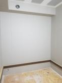 天井に梁型で給排気ダクトボックスを設けています。 防音室は気密性の高いお部屋になるので給排気は必須です。