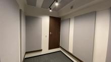壁にも弊社オリジナルの吸音パネルを設置しました。反響の少ないお部屋に仕上げています。