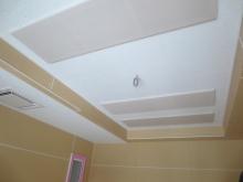 天井を吸音天井に仕上げました。 音の響きを調整しています。