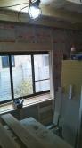 浮き床に下地を組んで防音室の壁と天井をつくっていきます。