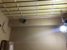 天井を吸音天井に仕上げています。 音の響きを調整して長時間の演奏でも耳が疲れにくいお部屋に仕上げます。