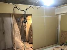 出入口は樹脂サッシの掃き出し窓で計画をしています。 収納の入口は壁につくり変えました。