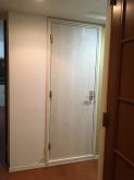 入口には木製の防音ドアを設置しています。