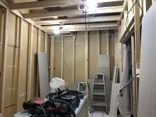 浮き床に下地を組み内側に宙に浮いたお部屋をつくっていきます。
