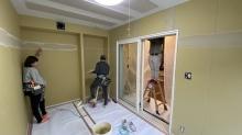 クロス工事のパテ塗りをしています。