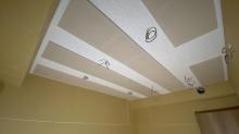 天井を吸音天井に仕上げました。 音の響きを調整して耳が疲れにくいお部屋に仕上げます。