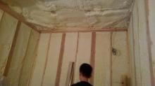 弊社の木工事が始まりました。 本体工事の方で躯体の断熱材を詰めていただきました。