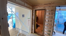 出入口には木製防音ドアを2重で設置します。 ドア1枚ではDr-50dBの保証値には達しません。