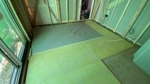 弊社の工事が始まりました。 浮き床をつくっています。