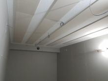 天井を吸音天井に仕上げています。 天井に梁型で給排気ダクトボックスを設けています。 弊社の木工事が完了です。本体工事に引き継ぎクロスなどの内装を仕上げて頂きます。