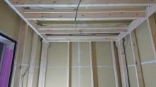 防音室側の下地を組んでいます。 躯体に触れないお部屋を内側につくっていきます。
