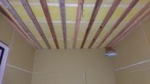 遮音補強後に天井を吸音天井に仕上げていきます。