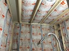 浮き床に下地を組み空気層に断熱材を詰めました。