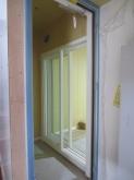 出入口にも樹脂サッシの掃き出し窓を2重で設置しています。