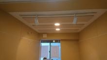 天井を吸音天井に仕上げ、梁型で給排気ダクトボックスを設けています。