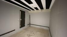 木工事完了です。 本体工事に引き継ぎ、クロスなどの仕上げをして頂きます。壁には腰見切りを設置し、クロス施工後に吸音パネルを設置します。 よりデットな音響空間に仕上げます。