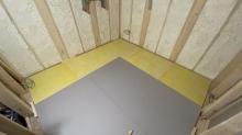 弊社の工事が始まりました。 浮き床を組んでいます。