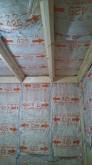 浮き床に下地を組み、防音室側の壁と天井をつくっていきます。