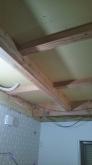 躯体天井の遮音補強です。 躯体の隙間を石膏ボードで埋めていきます。