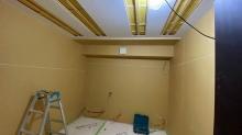 天井を吸音天井に仕上げています。音の響きを調節して長時間の演奏にも疲れにくい音響空間に仕上げていきます。