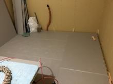 弊社の工事が始まりました。 浮き床を施工しました。