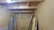 躯体壁と天井の隙間を石膏ボードで埋めていきます。