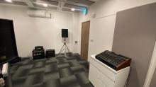 天井は吸音天井に仕上げています。 クロス施工後に壁にも吸音パネルを設置しました。