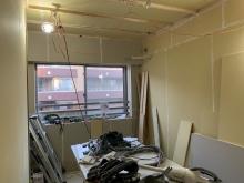 防音室側の壁と天井をつくっています。 石膏ボードを張り重ねて隙間を埋めていきます。