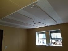 天井は吸音天井に仕上げています。 音の響きを調節して疲れにくい音響空間に仕上げています。