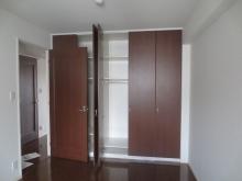 改修前のお部屋です。 既設収納は解体してお部屋を広く使います。