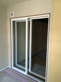 リビング側へは樹脂サッシの掃き出し窓を2重で設置して連動したお部屋に仕上げています。
