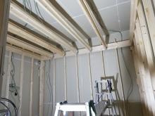 浮き床を施工し、防音室側の下地を組んでいきます。