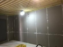 防音室側の壁と天井ができあがりました。 天井を吸音天井に仕上げていきます。