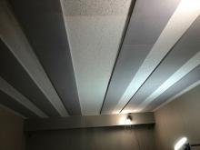 天井に梁型で給排気ダクトボックスをつくりました。換気システムは必須です。弊社の木工事が完了しました。 本体工事と一緒にクロスなどの仕上げを施工して頂きます。 クロス施工後に壁の吸音パネルを設置します。