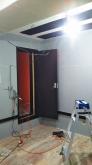 入口には木製防音ドアを2重で設置しています。クロス施工後に壁の吸音パネル設置に伺います。