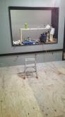 スタジオとコントロール室の間には樹脂サッシのFIX窓を3重で設置します。