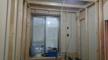浮き床の上に躯体に触れないよう柱を立てて内側にもう一つお部屋をつくっていきます。